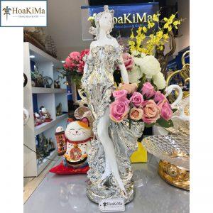 Thiếu nữ cắm hoa
