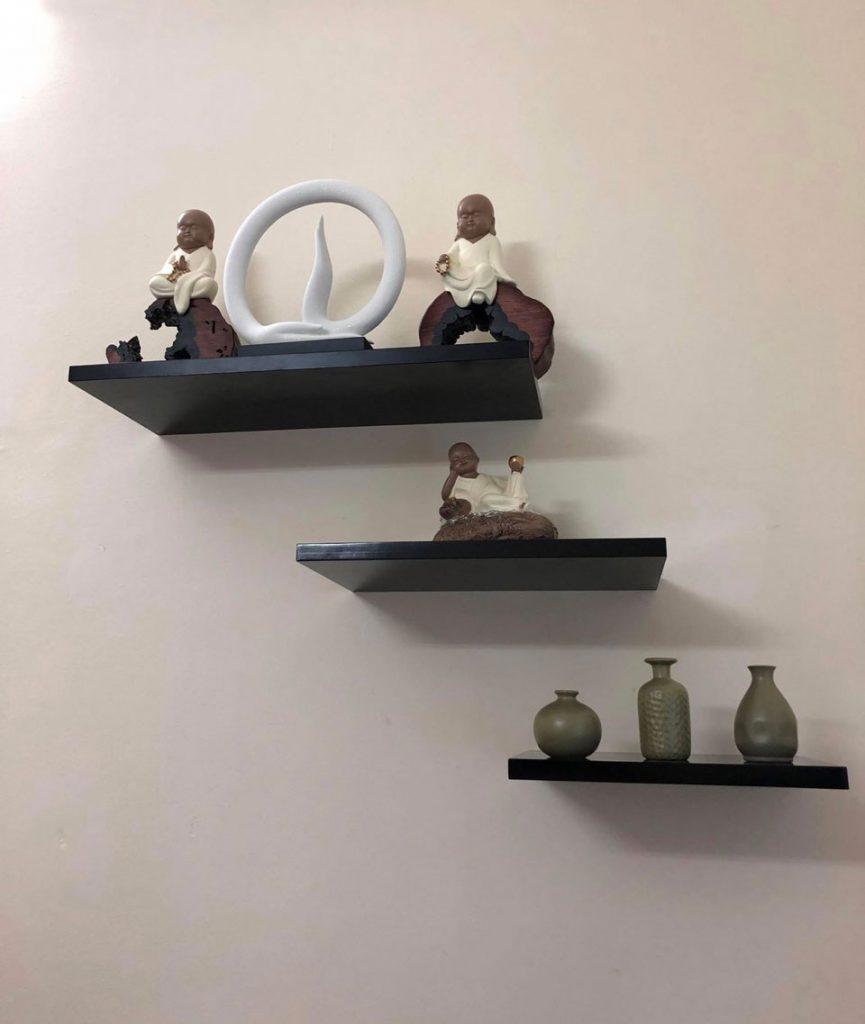 Cách trang trí phòng khách nhỏ với kệ treo tường